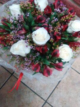 ramo-10-alstromelias-rojas-6-rosas-blancas-y-flor-de-cera-45€