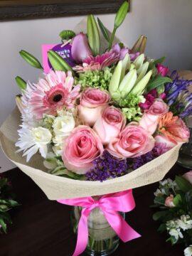 ramo-flor-variada-y-10-rosas-rosa-claro-60€