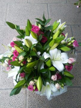 ramo-lilium-oriental-blanco-y-mini-rosas-fucsia-40€